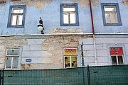 Už druhou zimu po velkém požáru ničí postupně ostatní přírodní živly historický dům v centru České Lípy, dostavěný roku 1771. Řešení jeho záchrany je i nadále v nedohlednu.