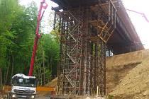 Nový tah roste od loňska. Nyní se stavbaři začnou soustředit na most do Tuhaně.