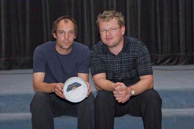 Režisér filmové upoutávky Luděk Svoboda (vlevo) a Martin Prokeš s filmovým pásem upoutávky k festivalu.