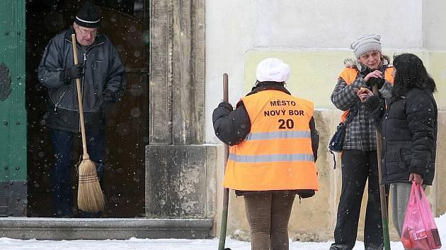 Chodníky budou mít na starosti zejména pracovníci na veřejně prospěšné práce.