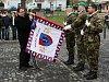 Starosta Nového Boru Jaromír Dvořák upevňuje na bojovou zástavu stuhu od města.