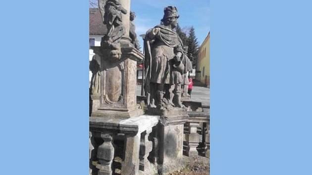 Socha sv. Prokopa přišla o pravé předloktí.