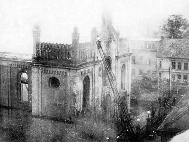 K vypálení českolipské synagogy došlo nadvakrát. Poprvé požár ještě neinformovaní hasiči stačili uhasit. Podruhé již měli správné instrukce a hlídali pouze okolní budovy.