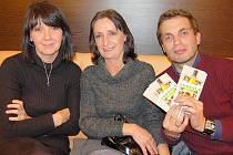 Herečka Alice Šnirychová (uprostřed) a producent a střihač v jedné osobě Adam Dvořák.