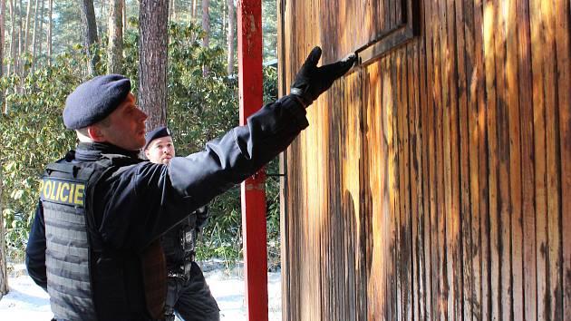 Chaty a chalupy okolo Máchova jezera jsou pod pravidelným dohledem policistů.