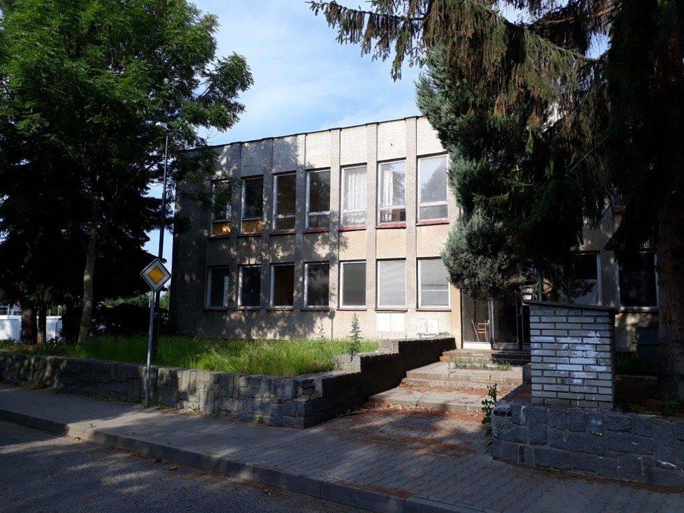 Motorest byl postaven v 80. letech minulého století a dlouho sloužil jako administrativní budova a závodní jídelna Jednotného zemědělského družstva Štědrá v Doky.