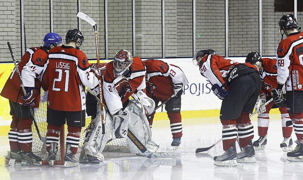 První barážový zápas o 2. hokejovou ligu lépe zvládli hosté ze Strakonic. Rituál před utkáním.