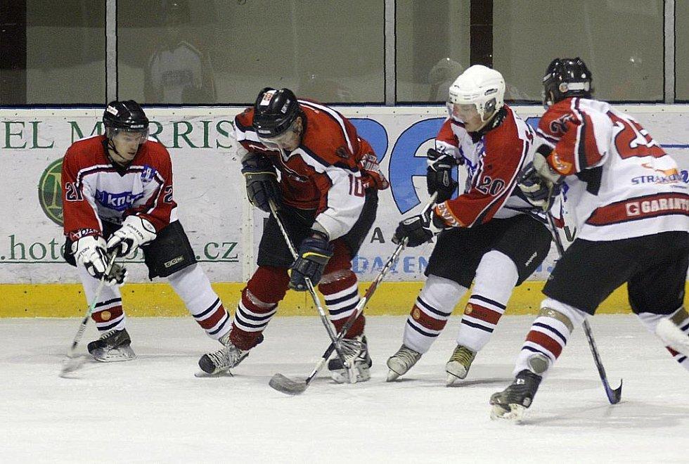 První barážový zápas o 2. hokejovou ligu lépe zvládli hosté ze Strakonic. Příhoda se snaží proniknout mezi obránci Binderem, Hřebíčkem a Pitlem.