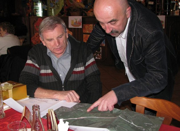 Při debatě se seniory předvedl starosta Kravař Vít Vomáčka lidem i plán siničního obchvatu obce.