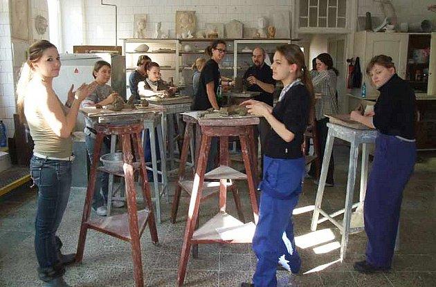 Hliněné modely, kresebné studie nebo vyrábět formy na tavení skla a mnoho dalších potřebných zručností budoucích sklářů se v současnosti učí němečtí studenti z Rheinbachu na Střední uměleckoprůmyslové školy sklářské v Kamenickém Šenově.