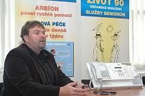 Robert Pitrák předvádí systém tísňového volání, který se aktivuje pouhým stisknutím tlačítka z kterékoliv části bytu.