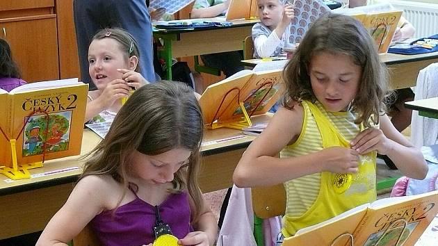 Blikající přívěsky dostaly žáci novoborských základních škol, aby je používali hlavně na silnicích.