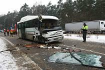 Anděl strážný se zapotil v pondělí u Obory. Řidič linkového autobusu tu narazil do dvou nákladních aut. Dvě školačky a muž střet odnesli naštěstí jen lehkým zraněním.