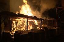 Požár poničil sklad dřevního materiálu ve Velenicích.