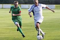 Fotbalisté Nového Boru podlehli na domácím hřišti Jablonci nad Jizerou. Smeták v souboji s Braunem.