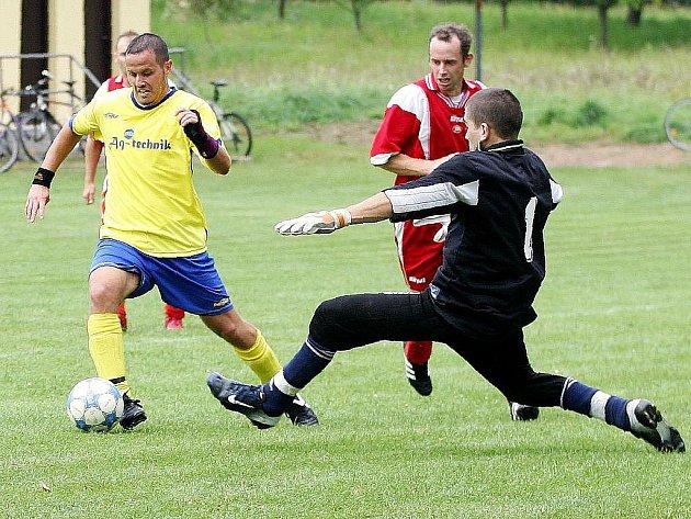 Zahrádky nasázely týmu Kamenického Šenova čtyři branky. Na snímku Lebruška obchází golmana Skořepu, aby vzápětí vstřelil druhou branku.