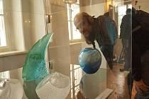 Vernisáž výstavy sympozia proběhla v sobotu 20. září. Autorské práce darované do sbírek sklářského muzea se stanou součástí výstav a výběrově také stálé expozice.