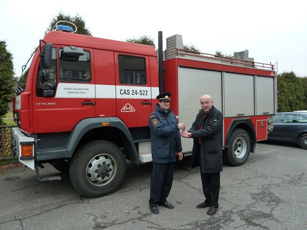 MAN LE 14.280, ohromný červený dárek, který dostali dobrovolní hasiči zKravař od profíků zHasičského záchranného sboru Libereckého kraje.