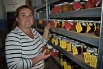 Michaela Bílková ve sklepě chalupy v Blíževedlech u Úštěku, kde vaří marmelády.