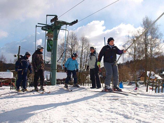 Rušno bylo o víkendu okolo poledne na obou polevských sjezdovkách. Ideálních lyžařských podmínek si užívali děti i dospělí.