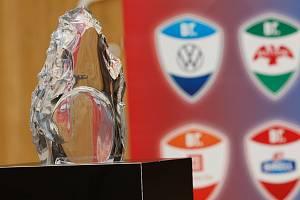 Trofej symbolizující jednotu týmu, 120 skleněných medailí a 12 menších trofejí vyrobeno na míru ve sklárně Ajeto pro závod elitních maratonců Battle of the Teams, který se konal uplynulý víkend v Praze.