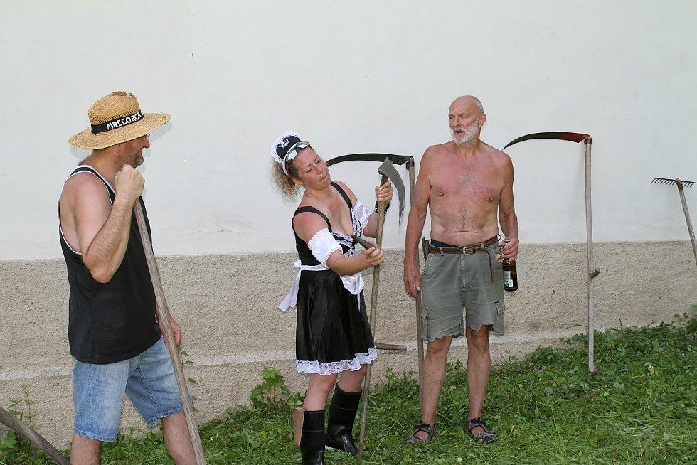 Chráněnou louku se šafránem pokosili ručně.