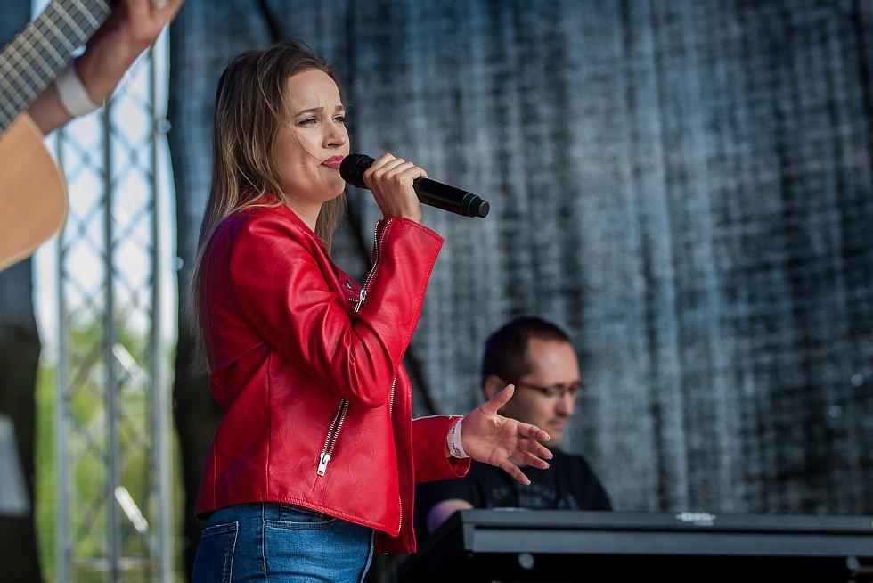 Hudební festival Plechovka fest začal 6. července na louce ve Cvikově na Českolipsku. Na snímku je zpěvačka Kristína Peláková.
