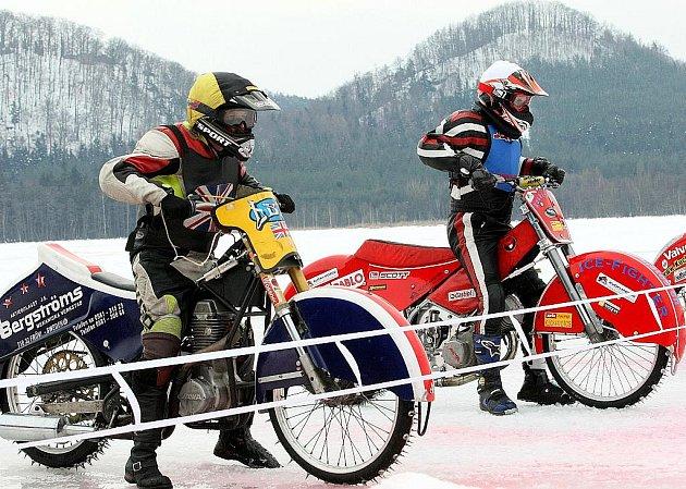 Podívaná pro návštěvníky. Přesně to připravili jezdci na silných strojích s hřeby pobitými pneumatikami na ledě v Hamru na Jezeře.