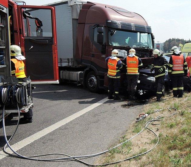 Dopravní nehoda nákladního auta sosobním si vpátek vJestřebí vyžádala lidský život.