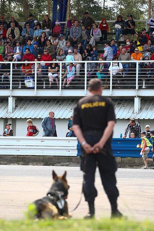 Zásah těžkooděnců, ukázky práce se speciálně vycvičenými psy nebo i práce hasičů a záchranářů u simulované dopravní nehody. Nejen to shlédlo několik stovek lidí na Dni s policií a ostatními složkami IZS, který proběhl v sobotu již na autodromu v Sosnové.