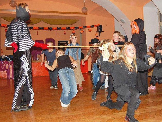 Děti dorazily do Libertinu v čarodějných kostýmech a s nadšením zahájily halloweenský večírek.
