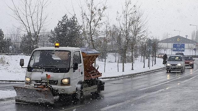 Zima nekončí a nejen posypové vozy jsou stále v pohotovosti.