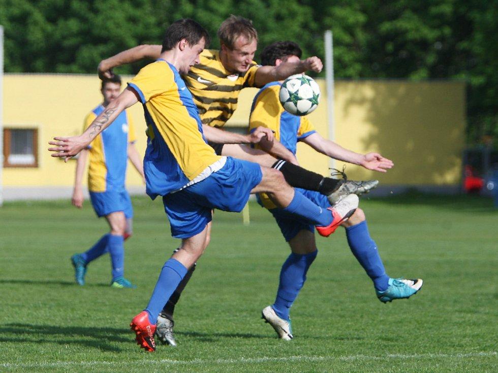 Lokomotiva Česká Lípa - Holany 1:4 (0:2). Českolipská Lokomotiva (žlutomodré dresy) podlehla doma Dynamu Holany 1:4. Třio góly vítězů vstřelil Daniel Kýček.