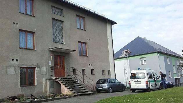 Mrtvé tělo starší ženy mezi bytovými domy v obci Jestřebí objevily náhodou v pondělí ráno děti při cestě do školy.