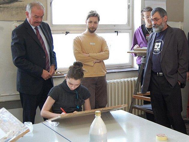 Další návštěva během několika týdnů zavítala do SUPŠS v K. Šenově. Tentokrát školu v jejím boji za další existenci podpořil 1. místopředseda Senátu ČR Přemysl Sobotka.
