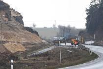 V souvislosti se stavbou nového obchvatu z České Lípy do Nového Boru musí pyrotechnici odstřelit skálu u autodromu. Nálože naruší část skály, načež těžká technika odstraní kameny.