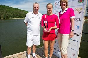Vítězka letošního ročníku, 22letá Slovenka Anna Karolina Schmiedlová s Cyrilem Sukem a jeho sestrou Helenou.
