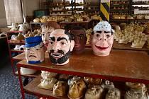 Výroba papírových masek a dalších karnevalových a masopustních výrobků vyžaduje cit a trpělivost. Mnoho lidí se v dnešní době tomuto krásnému řemeslu nevěnuje.