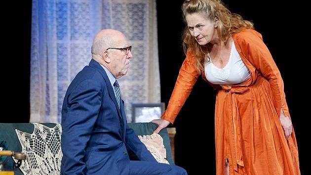 Simona Stašová a Petr Nárožný v komedii Poslední ze žhavých milenců, se kterým v neděli hostovali v českolipském Jiráskově divadle.