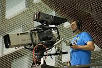 """Tým čtyřiceti lidí  vyslala kvůli Euro Floorball Tour do České Lípy veřejnoprávní televize. Kromě klasického přenosového vozu, ve kterém se zpracovávají obrázky z osmi kamer, také speciální přenosový vůz s technikou """"super slow motion""""."""