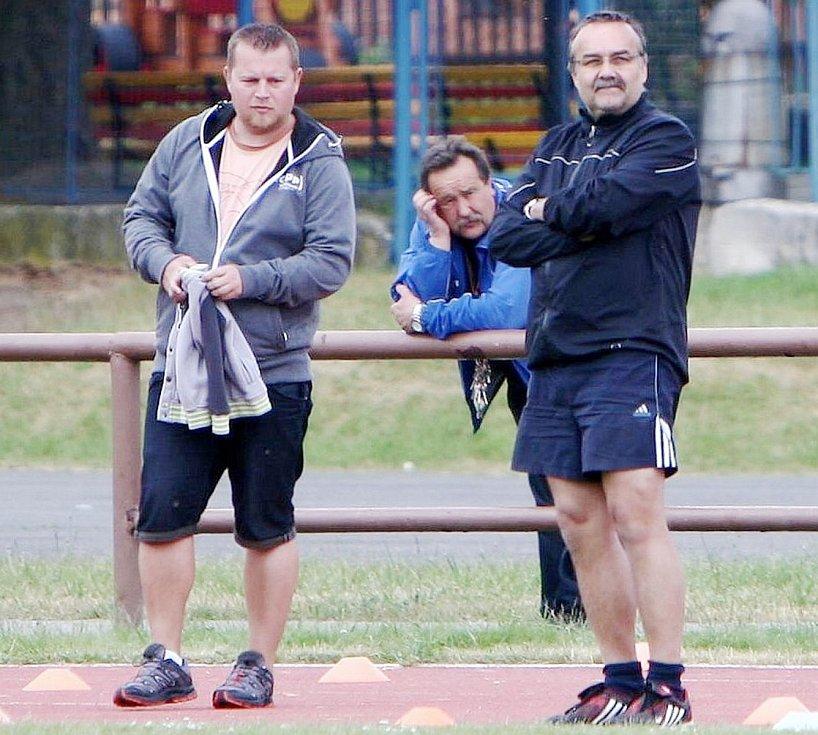 Zklamání domácích funkcionářů (zleva): asistent trenéra Martin Havránek, manažer František Březina a kouč Josef Karel.