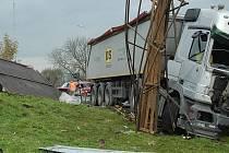 Nehoda tehdy zablokovala dopravu na silnici I/9 na několik hodin.
