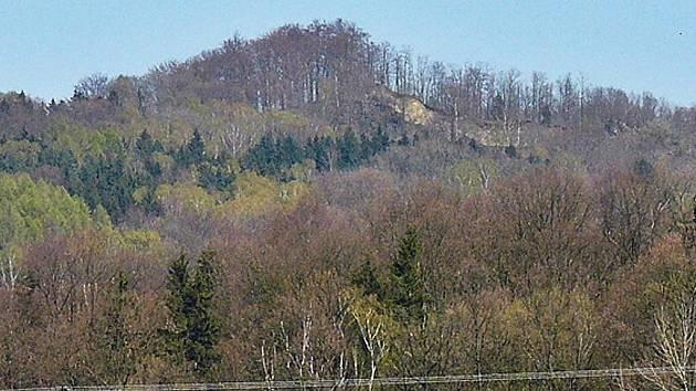 Kamenický vrch je bývalým čedičovým lomem. Nemohl snad vyšší obsah železa v hornině blesk přitáhnout?