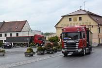 Kamiony projíždí náměstím Mimoně.