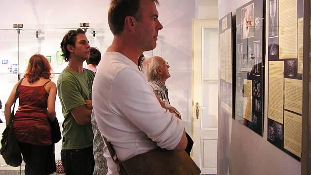 """Vernisáž výstavy """"Pocta Franzi Wendlerovi"""" proběhla v úterý, na fotografii je  účastník sympozia Wilhelm Vernim z Německa."""