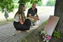 Setkání občanů České Lípy před bývalým pivovarem, odkud bylo 15. 6. 1945 vyhnáno z města pět tisíc německy mluvících obyvatel. V drtivé většině ženy, děti a starci.