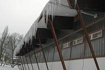 Lidé přestávají chodit do novoborské haly, je tam zima.