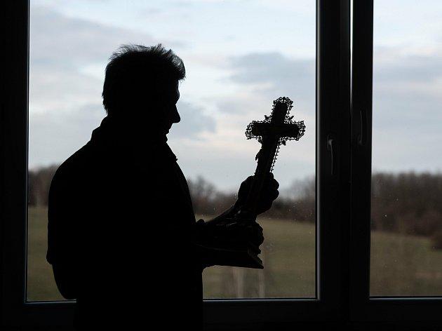 Řidič rychlé záchranné služby Václav Hodinka zČeské Lípy se ve svém volnu věnuje uměleckému pozlacování. Vkolárně vpanelovém domě opravuje vše, co se vejde do dveří a je schopný také zabezpečit, jako například kříž zvolfartického kostela.