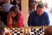 Novoborská Jínová (vlevo) šla v posledním kole kvalitně obsazeného strážského turnaje  nekompromisně za výhrou, královéhradecký Kopal (vpravo) také, ale tomu to jaksi nevyšlo...