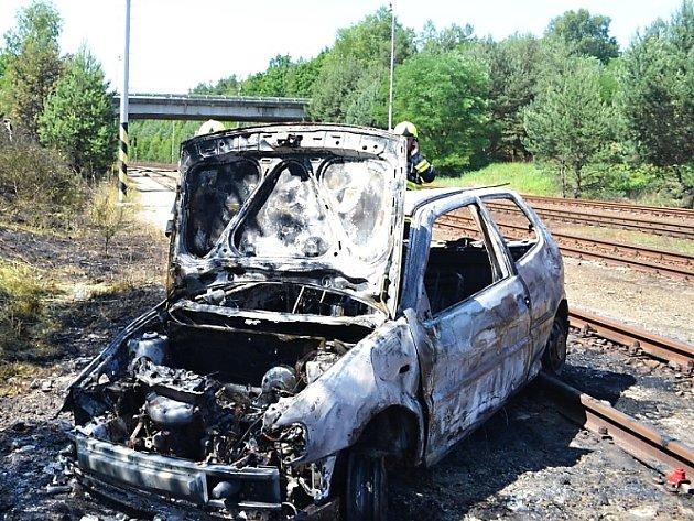 Auto v Srní sjelo ze silnice a skončilo v kolejišti.